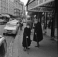 Bejaarde vrouwen voor een winkel met vlees en pluimvee in de Rue Lepic, Bestanddeelnr 254-0427.jpg