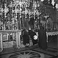 Bezoekers bij het altaar in de Heilige Grafkerk, Bestanddeelnr 255-5216.jpg