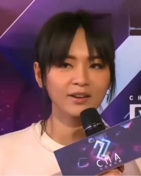 Bibi Zhou at the 2018 China Music Awards (3).png