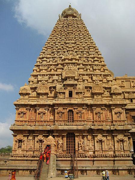 La tour de granit du Temple de Brihadesvara à Thanjavur a été achevée en 1010 par Raja Raja Chola I.