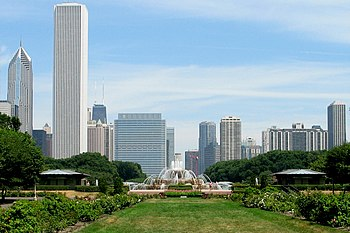 English: Buckingham Fountain in the foreground...