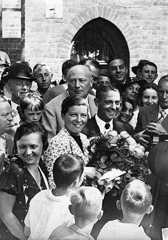 Elly Beinhorn - Elly Beinhorn and Bernd Rosemeyer at their wedding