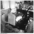 Bundesarchiv Bild 183-09168-0003, Industriearbeiter Lastkraftwagen montierend.jpg