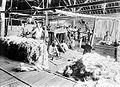 COLLECTIE TROPENMUSEUM Het verpakken van manilla-hennep (musa textilis) in balen op onderneming Kali Telepak Besoeki Oost-Java TMnr 10011535.jpg
