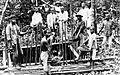 COLLECTIE TROPENMUSEUM Mannen halen grond uit een diamantput bij de rivieroever naar boven West-Borneo TMnr 10007450.jpg