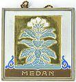 COLLECTIE TROPENMUSEUM Vierkante tegel met het wapen van de Gemeente Medan TMnr 1465-3.jpg