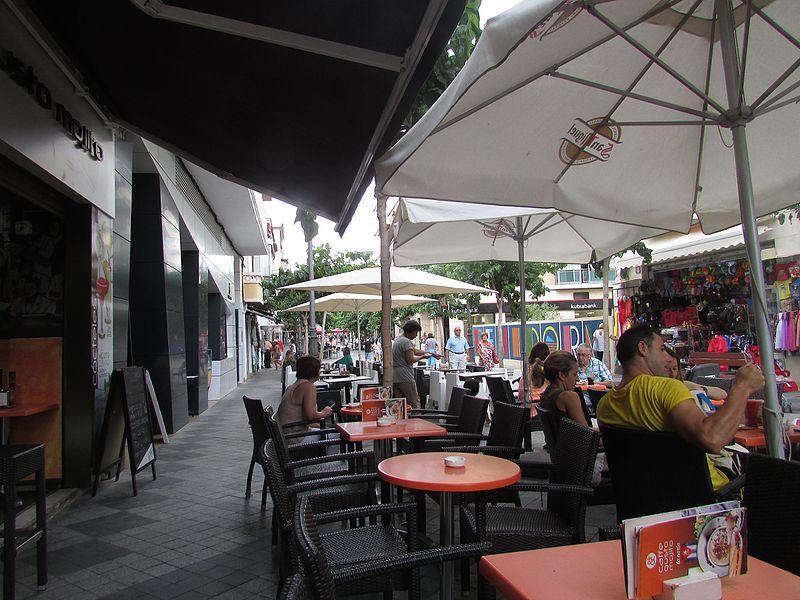 File:Calle Alameda, Benidorm, 15 July 2016.JPG
