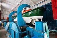 Canot de sauvetage «patron Émile Daniel» suspendu aux bossoirs de la station de sauvetage en mer, Étel, France.jpg