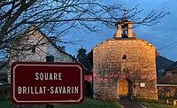 Chapelle de Pugieu de nuit et la plaque du square Brillat-Savarin (décembre 2019).jpg
