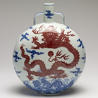 Porcelain - Chinese Jingdezhen porcelain moonflask with underglaze blue and red. Qianlong period, 1736 to 1796