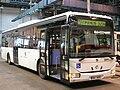 Crossway LE 12,8 pražského DP, který je upravený pro přepravu vozíčkářů.jpg