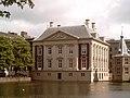 Den Haag, Mauritshuis vanaf Hofvijver 2006-05-29 16.12.JPG