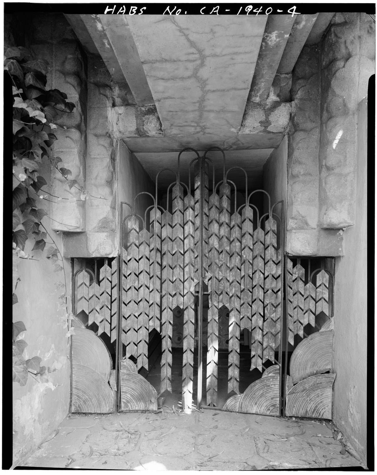 ENTRANCE GATE - Sowden House, 5121 Franklin Avenue, Los Angeles, Los Angeles County, CA HABS CAL,19-LOSAN,69-4.tif