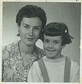 Edna Iturralde con su mamá a los 4 años.jpg
