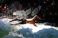 Eisbach surfer springt ins wasser.jpg