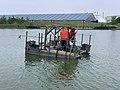 Employés sur un bateau sur le Lac Disney (juin 2021).jpg