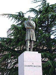 Particolare del monumento a Mazzini nella piazza accanto al Duomo