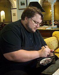 Guillermo del Toro firmando un disco durante una entrevista con la revista española de historieta TRAMA 39, en 2002.