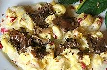 Fagottini ripieni di formaggio, conditi con abbondante tartufo