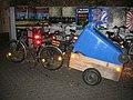 Fahrrad-Anhänger mit 240 l-Container bei Nacht. - panoramio.jpg