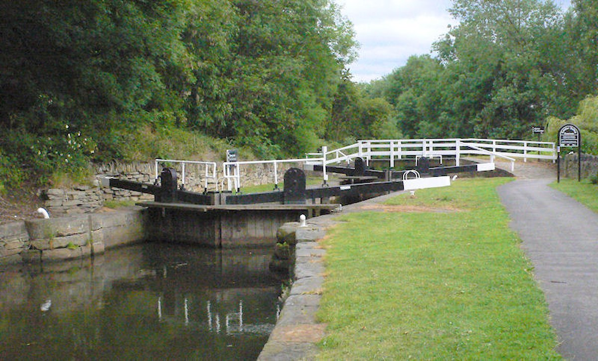 Ganny Lock and Bridge, Brighouse.jpg