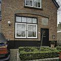 Gedeelte voorgevel van atelierwoning met reliëf boven de deur - Bergen - 20396755 - RCE.jpg