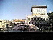 Genova-Piazza De Ferrari-fontana e Teatro Carlo Felice.jpg