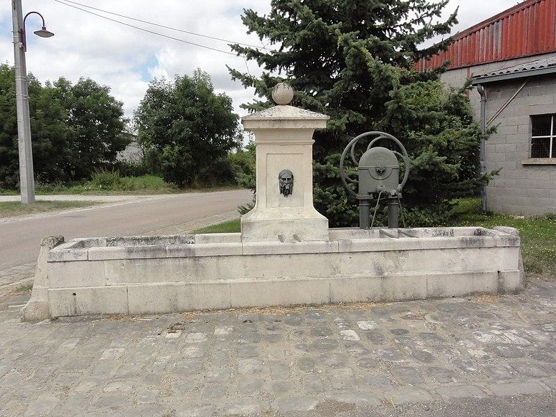 Gimécourt (Meuse) fontaine avec pompe