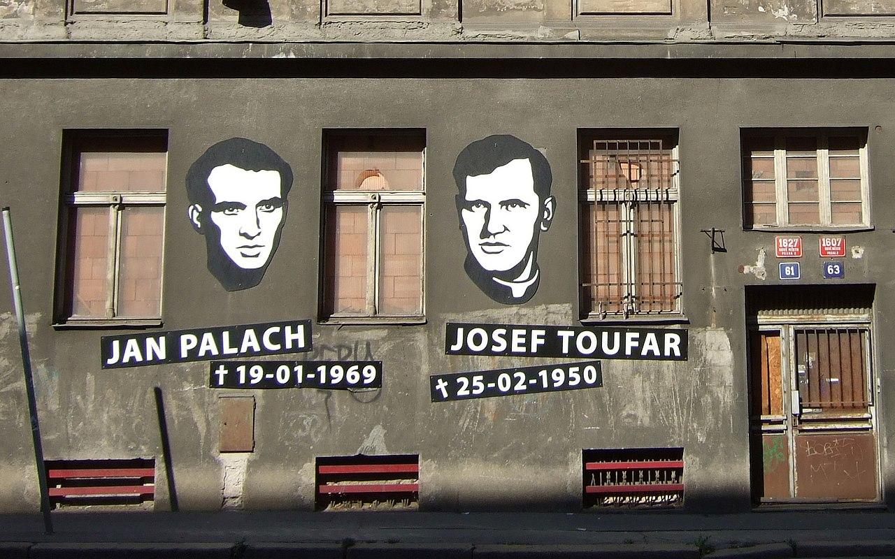 Graffito an einer Prager Häuserwand.jpg