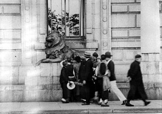 """HSBC lions - Patting the lion's paw for """"good luck"""" at HSBC Shanghai (1920s)"""