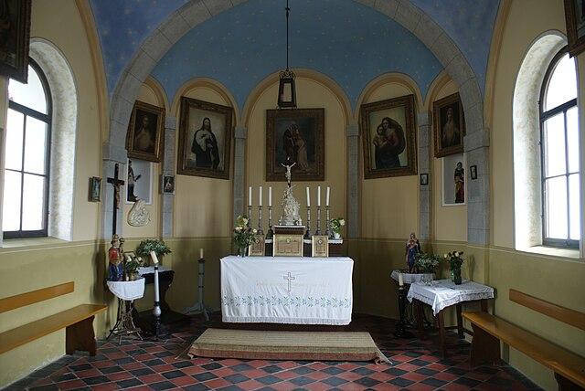 http://upload.wikimedia.org/wikipedia/commons/thumb/5/5f/Hajany_%28okres_Strakonice%29_chapel_interior.JPG/640px-Hajany_%28okres_Strakonice%29_chapel_interior.JPG