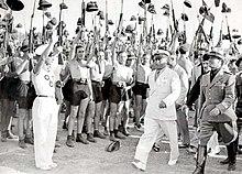 Benito Mussolini ble heiet av den fascistiske sorte skjorten ungdommen i 1935