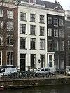 foto van Pand met zandstenen gevel onder lijst, met vensteromlijstingen en empire deurpartij