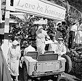 Het koninklijk paar stapt in The Bottom in een jeep voor een rondrit over het ei, Bestanddeelnr 252-4093.jpg