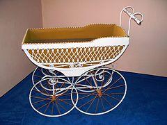 Le landau (appelé pousse-pousse 240px-Historical_baby_car