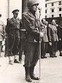 Il Generale Almond in Piazza della Vittoria a Genova nel corso della parata della Vittoria. Maggio 1945.jpg