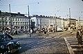 Ilmapallojen myyjiä ja ihmisiä Kauppatorin vapputorilla - D7218 - hkm.HKMS000005-km0000n7w9.jpg