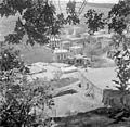 Israël 1948-1949; Peki'in. Gezicht op een dorp met in het midden de inwoners rondom de waterbron. 255-0123.jpg