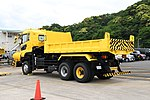 JMSDF Dump Truck(UD Quon, 42-9138) left rear view at Maizuru Air Station May 18, 2019 01.jpg