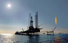 A produção de petróleo usando a plataforma de perfuração, na costa do Turcomenistão