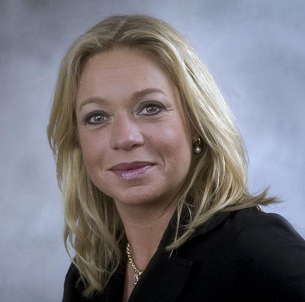 http://upload.wikimedia.org/wikipedia/commons/thumb/5/5f/Jeanine_Hennis-Plasschaert_2013-1.jpg/606px-Jeanine_Hennis-Plasschaert_2013-1.jpg