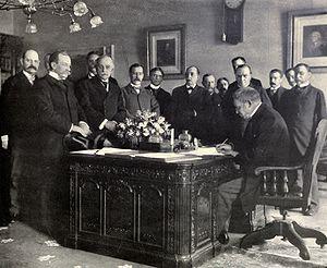 Jules Cambon - Jules Cambon signs Treaty of Paris (1898)