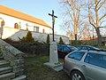 Kříž před kostelem v Olbramovicích (Q107162715).jpg