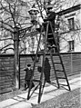Kaasulla toimivan katulyhdyn puhdistamista Konstantininkatu (Meritullinkatu) 10-n edustalla. - N687 (hkm.HKMS000005-000000tn).jpg