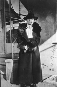 Karen Volf foran butikken 1946.jpg