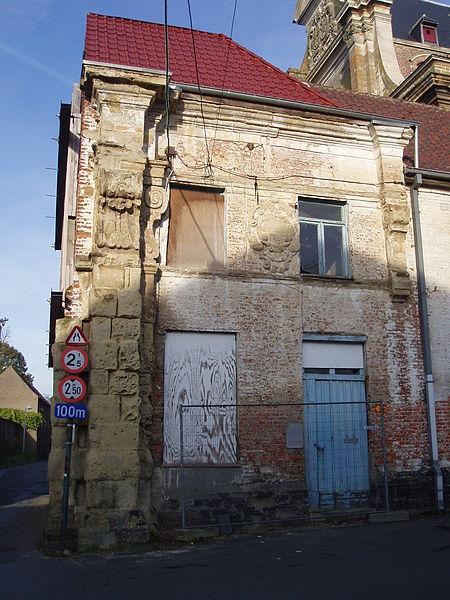 Kerkplein 36, Ninove. Overblijfsel van monumentale ingangspoort van de abdij. Na opheffing van de abdij omgevormd tot woonhuis.