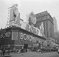 Kledingwinkel Bond Clothes op Times Square, gezien vanaf Broadway, Bestanddeelnr 191-0806.jpg