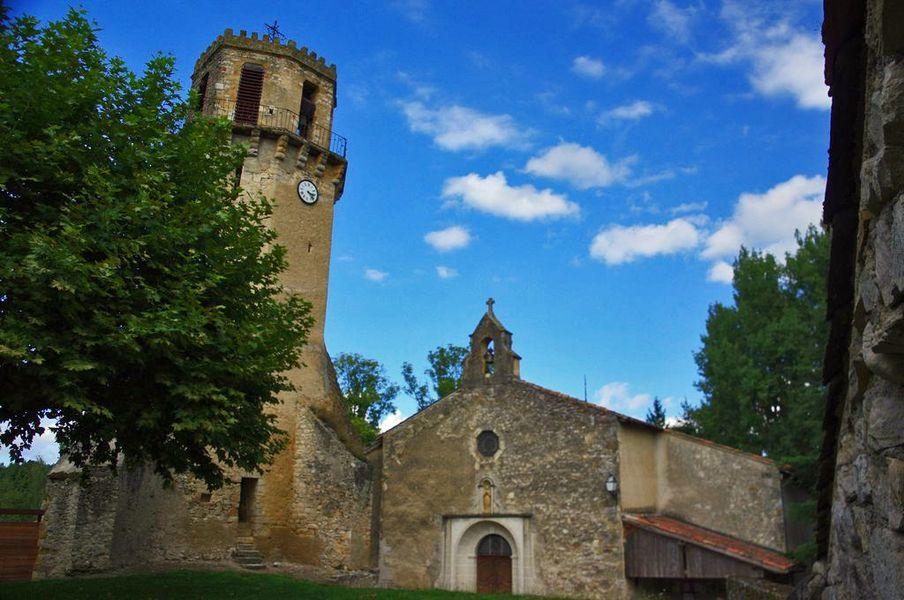 Ensemble monumental de Tourtouse.  L'église présentent des parties des 13ème et 14ème siècles. Détruite par les protestants en 1569 elle fut reconstruite au 17ème siècle par l'évêque Bruno de Ruade.