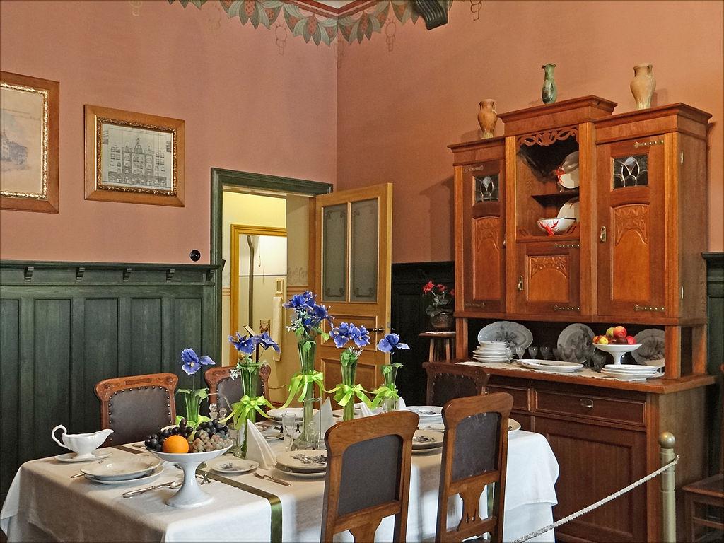 La table de la salle à manger a été dressée pour un repas avec des amis - Musée d'art nouveau de Riga - Photo de Jean-Pierre Dalbéra
