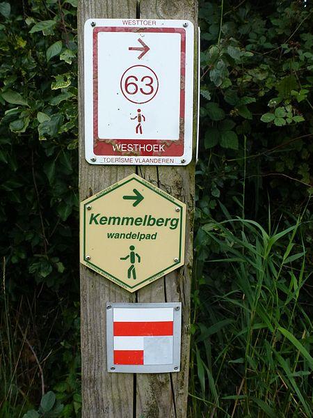 La borne du GR128 AU Mont Kemmel à Heuvelland Province de Flandre-Occidentale.- Belgique
